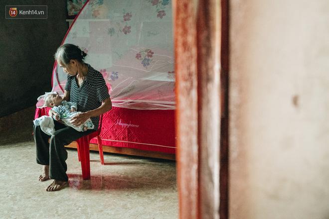 Cuộc sống của 2 đứa trẻ mất bố mẹ sau vụ cháy lớn ở Đê La Thành: 'Con chỉ biết pha sữa chứ không dám bế em, sợ em ngã' 9