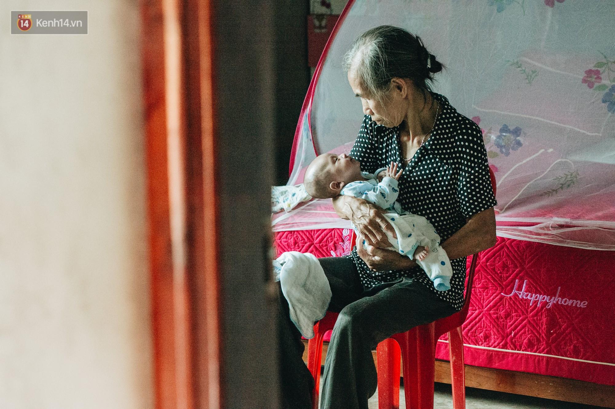 Cuộc sống của 2 đứa trẻ mất bố mẹ sau vụ cháy lớn ở Đê La Thành: 'Con chỉ biết pha sữa chứ không dám bế em, sợ em ngã' 17