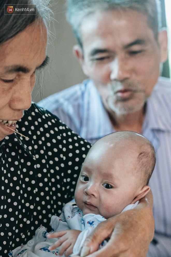Cuộc sống của 2 đứa trẻ mất bố mẹ sau vụ cháy lớn ở Đê La Thành: 'Con chỉ biết pha sữa chứ không dám bế em, sợ em ngã' 13