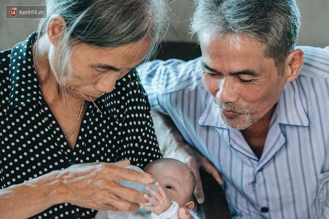 Cuộc sống của 2 đứa trẻ mất bố mẹ sau vụ cháy lớn ở Đê La Thành: 'Con chỉ biết pha sữa chứ không dám bế em, sợ em ngã' 10