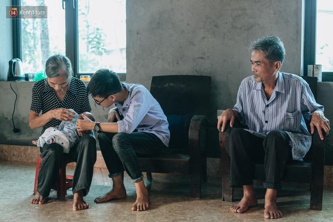 Cuộc sống của 2 đứa trẻ mất bố mẹ sau vụ cháy lớn ở Đê La Thành: 'Con chỉ biết pha sữa chứ không dám bế em, sợ em ngã' 21