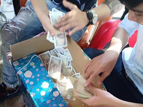 Hội bạn thân tặng thùng tiền lẻ mừng đám cưới khiến cô dâu chú rể phải nhờ hàng xóm... đếm giúp 1