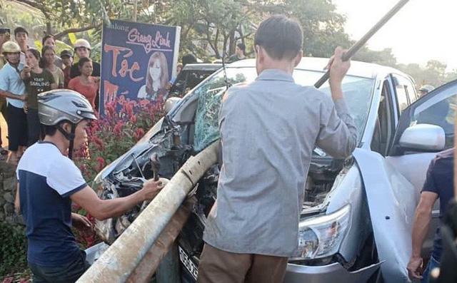 Xe Innova chở 9 người gặp tai nạn, bé trai 3 tuổi tử vong  1