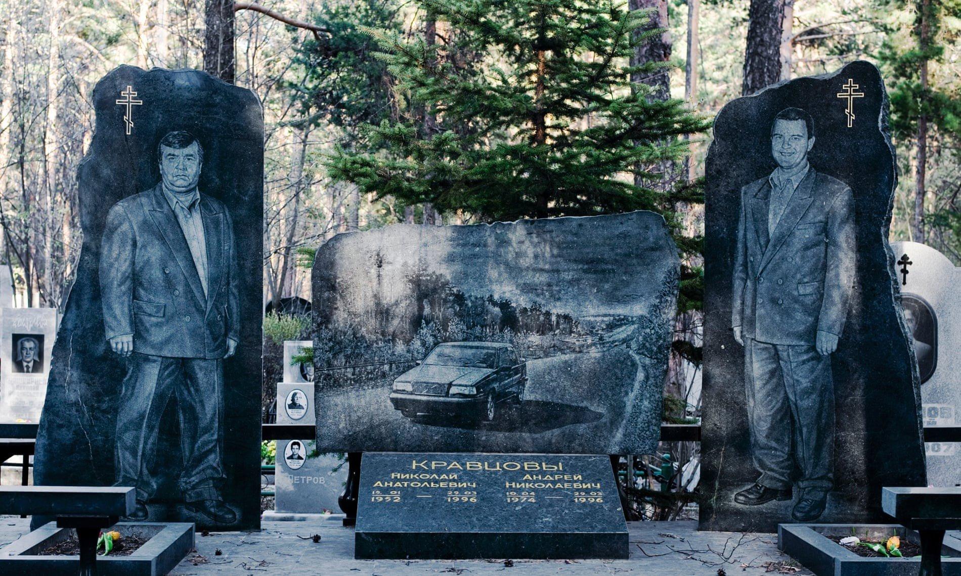 Nghĩa trang mafia tại Nga: Bia mộ chạm khắc toàn thân to như người thật, nhà lầu xe hơi cũng có luôn 1