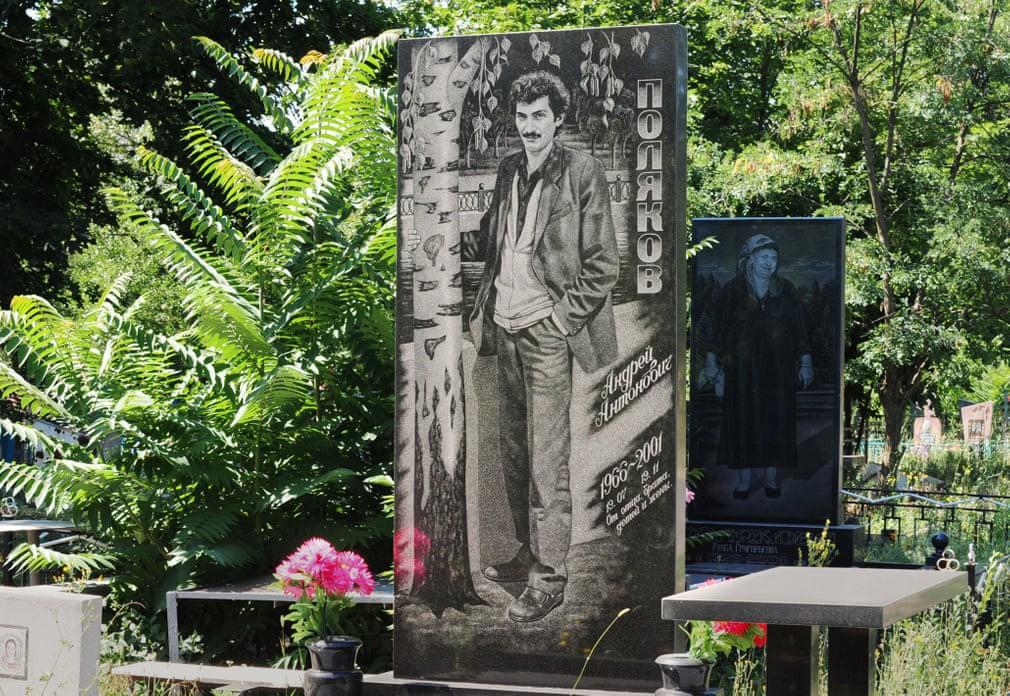 Nghĩa trang mafia tại Nga: Bia mộ chạm khắc toàn thân to như người thật, nhà lầu xe hơi cũng có luôn 18