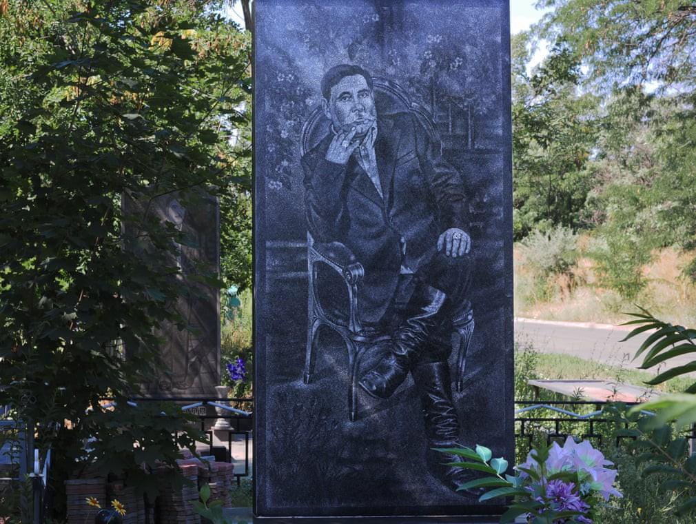 Nghĩa trang mafia tại Nga: Bia mộ chạm khắc toàn thân to như người thật, nhà lầu xe hơi cũng có luôn 4