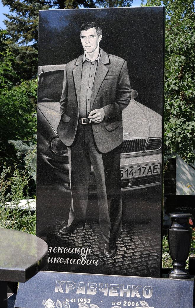 Nghĩa trang mafia tại Nga: Bia mộ chạm khắc toàn thân to như người thật, nhà lầu xe hơi cũng có luôn 2