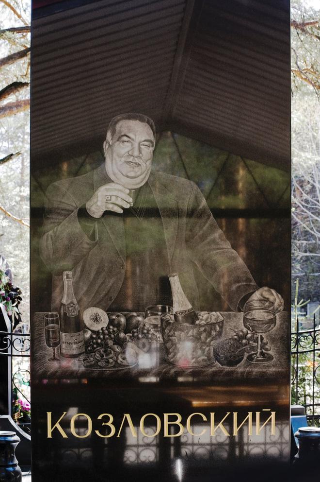 Nghĩa trang mafia tại Nga: Bia mộ chạm khắc toàn thân to như người thật, nhà lầu xe hơi cũng có luôn 6