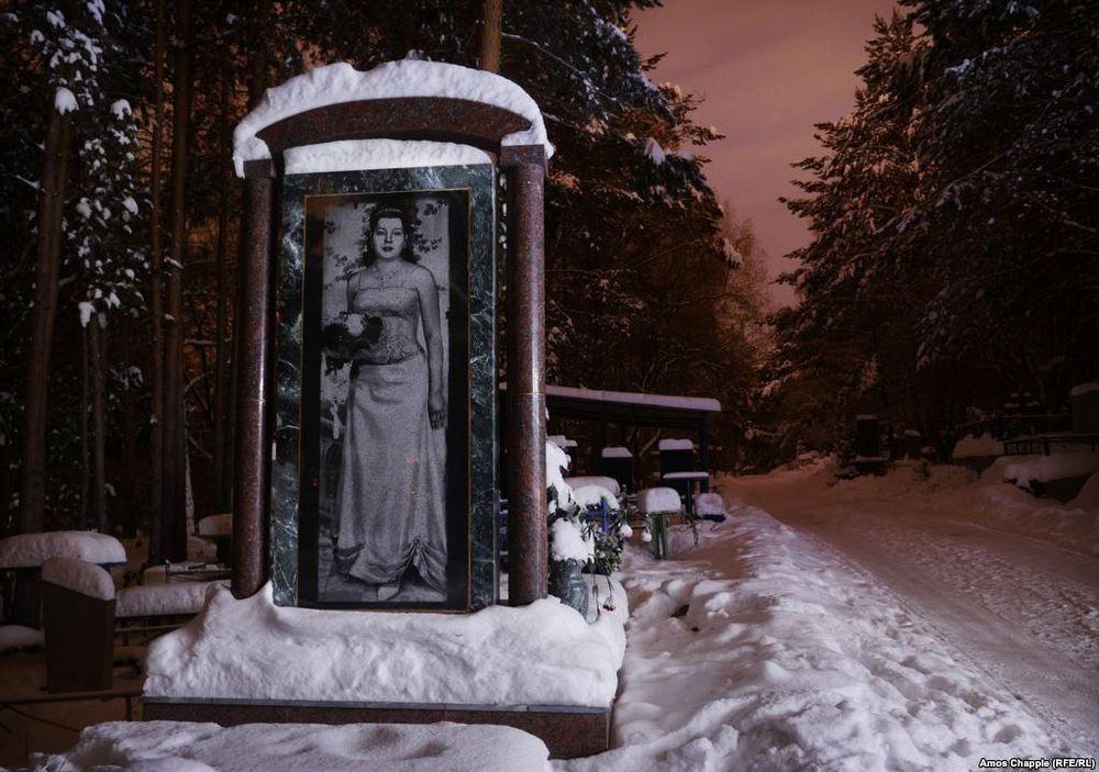 Nghĩa trang mafia tại Nga: Bia mộ chạm khắc toàn thân to như người thật, nhà lầu xe hơi cũng có luôn 8