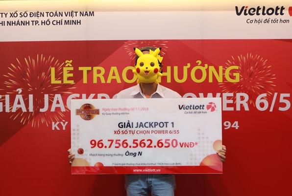 Người đàn ông trúng gần 97 tỷ Vietlott đeo mặt nạ Pikachu lên nhận giải 1
