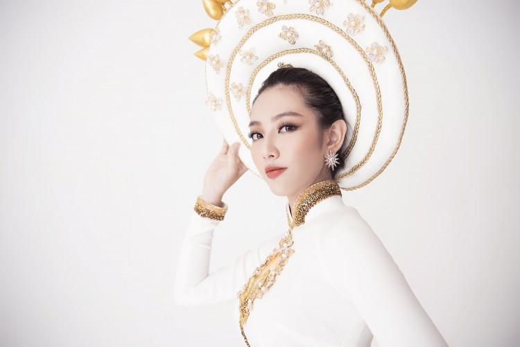Chiêm ngưỡng bộ quốc phục dân tộc vô cùng độc đáo của Thùy Tiên tại Hoa hậu Quốc tế 2018 2