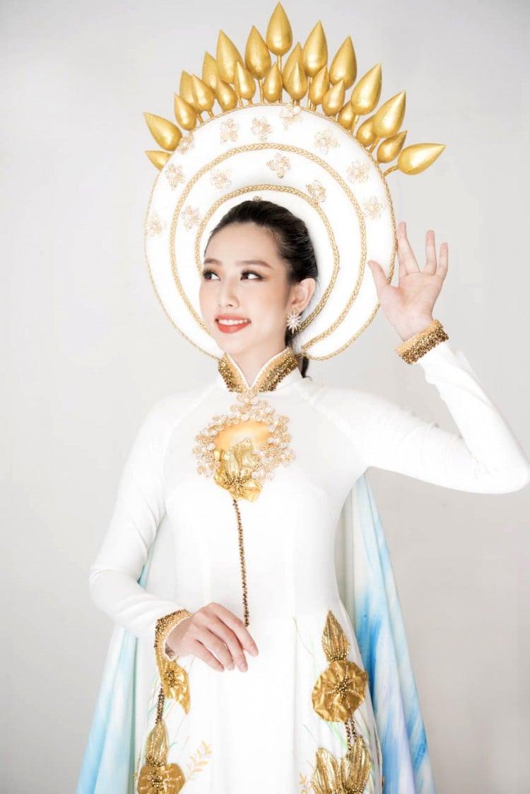 Chiêm ngưỡng bộ quốc phục dân tộc vô cùng độc đáo của Thùy Tiên tại Hoa hậu Quốc tế 2018 4