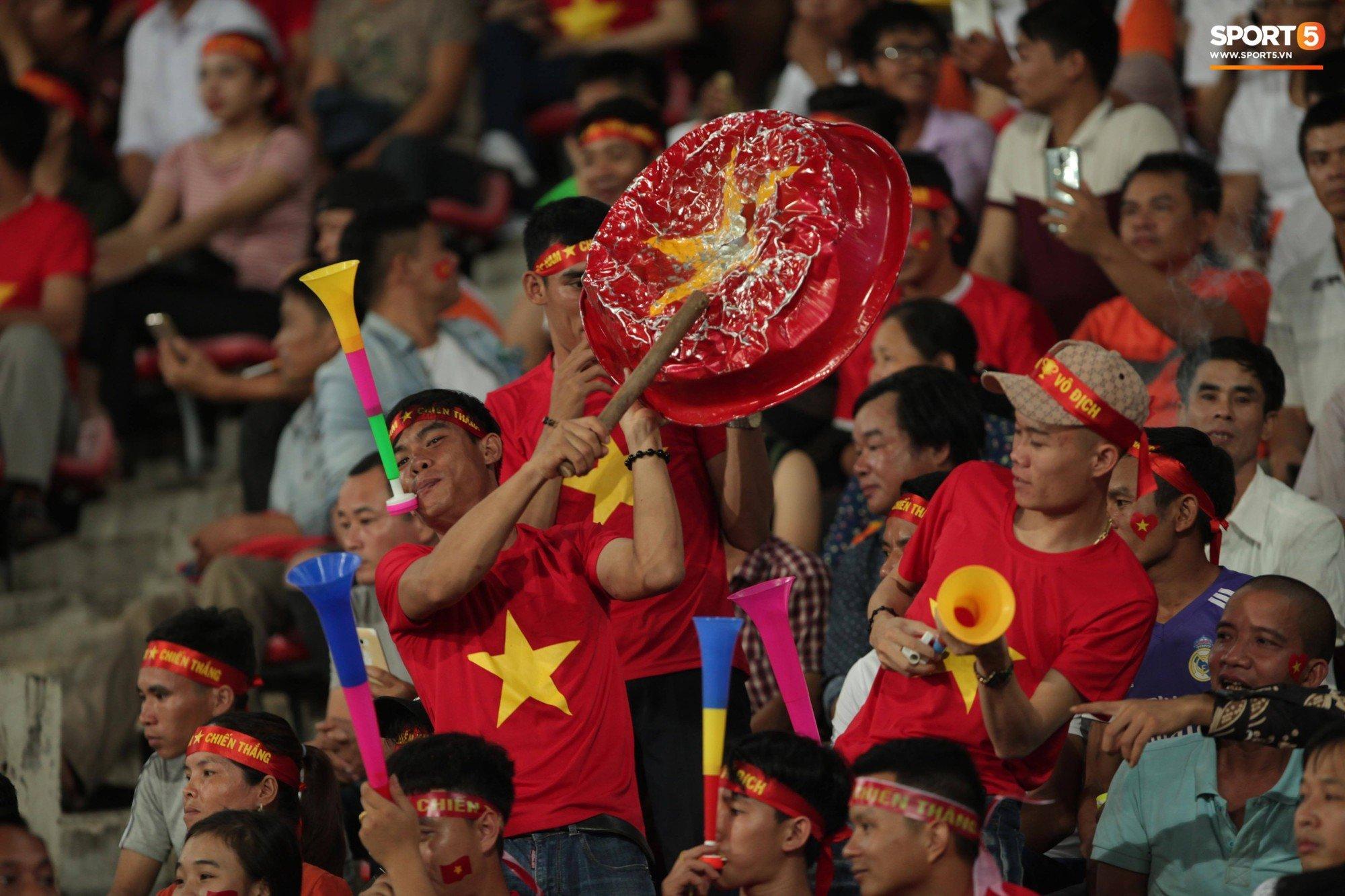 Đây mới là lý do khiến cầu thủ Lào chạnh lòng sau trận thua Việt Nam ở AFF Cup 2018 - Ảnh 8.