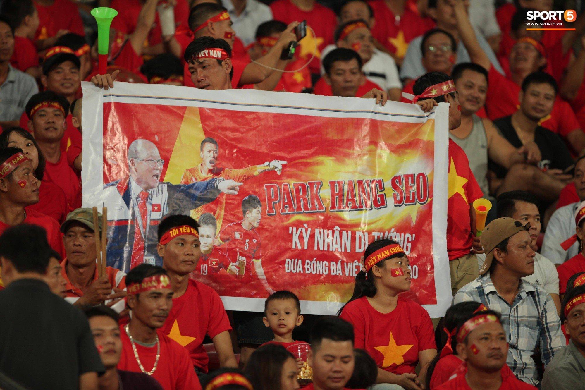 Đây mới là lý do khiến cầu thủ Lào chạnh lòng sau trận thua Việt Nam ở AFF Cup 2018 - Ảnh 9.