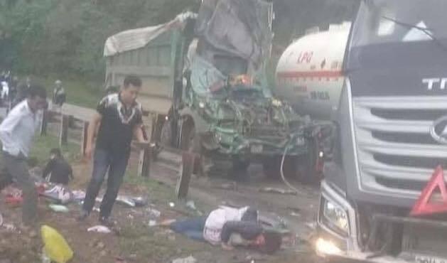 Hình ảnh Hòa Bình: Xe bồn đụng phải xe tải, 2 người bị thương số 1