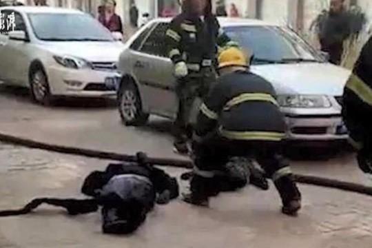 Hình ảnh Mẹ che cho con trong vụ nổ xe điện, cả hai đều tử vong số 1