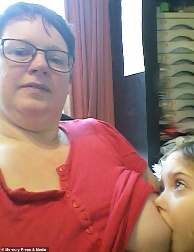 Bà mẹ cho con bú sữa mẹ đến tận năm 9 tuổi, người khuyến khích, kẻ cáo buộc đó là hành vi ấu dâm - Ảnh 2.