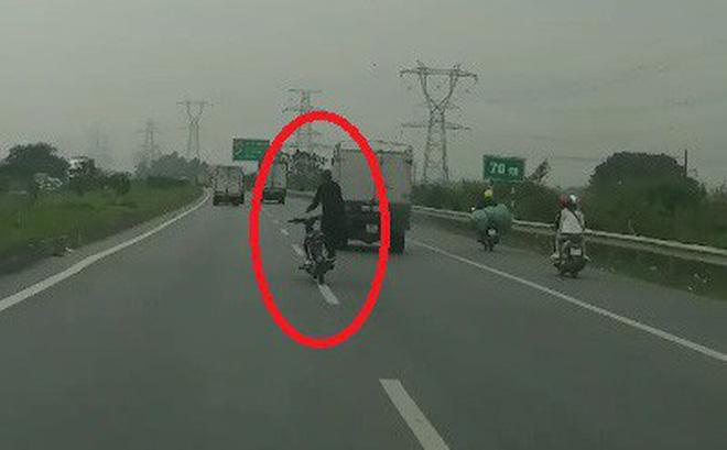 Hình ảnh Khiếp vía cảnh nam thanh niên lái xe ngông cuồng trên cao tốc Hà Nội số 1