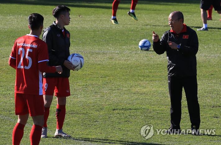 """Hình ảnh Báo Hàn Quốc lại tán dương """"phép thuật"""" của thầy Park, thán phục Công Phượng - Quang Hải số 1"""