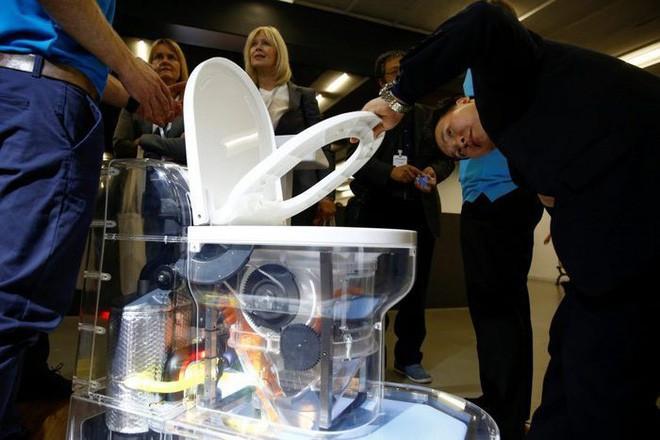 Hình ảnh Cận cảnh bồn cầu kiểu mới của Bill Gates: Không cần nước, xử lý chất thải không để lại mùi, có thể tách nước khỏi phân số 1