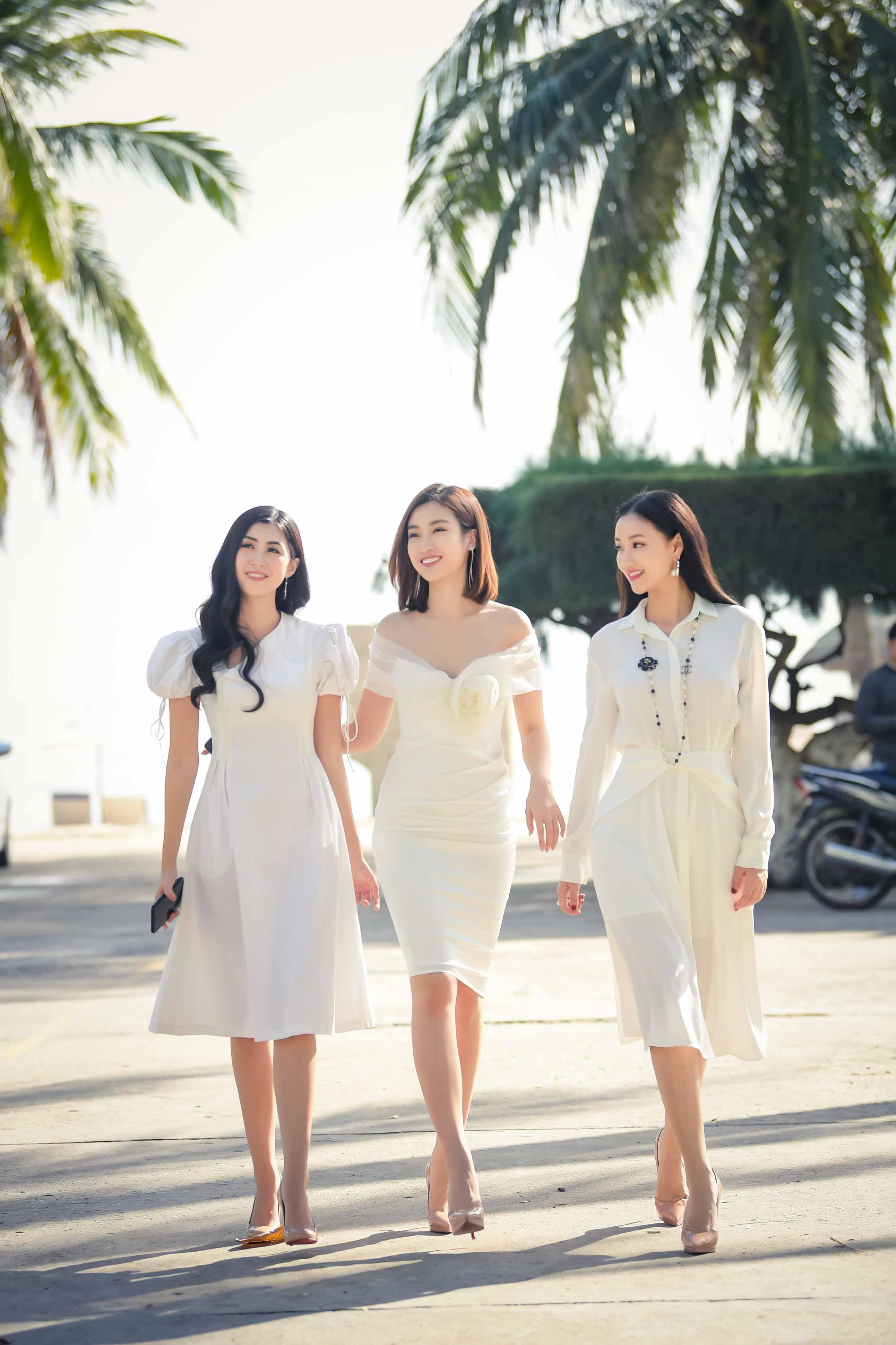 Mỹ Linh diện đầm trễ vai xinh đẹp giao lưu với sinh viên Nha Trang 1