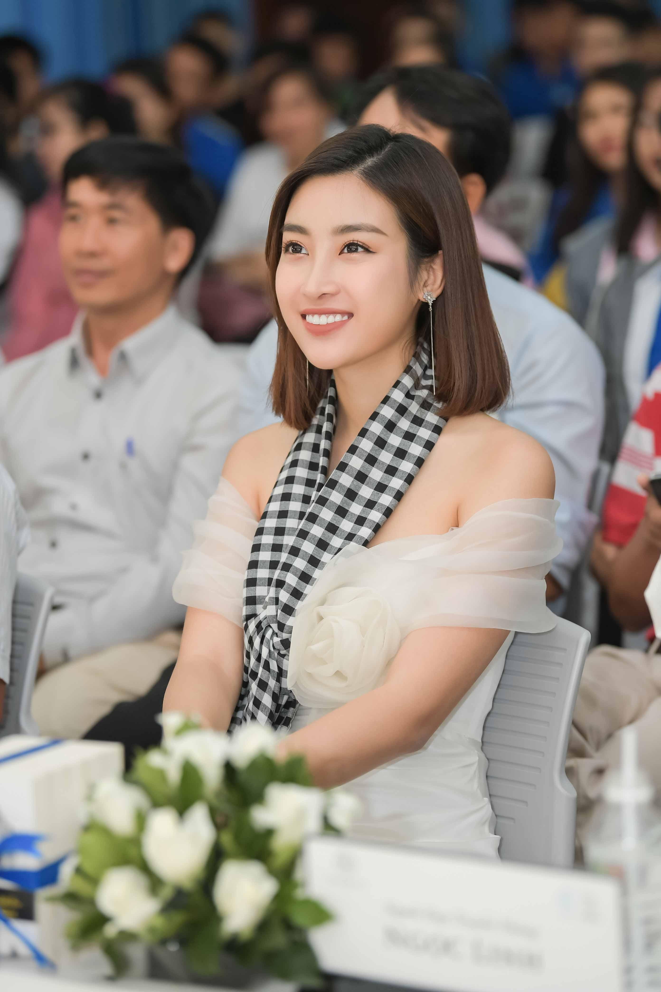 Mỹ Linh diện đầm trễ vai xinh đẹp giao lưu với sinh viên Nha Trang 3