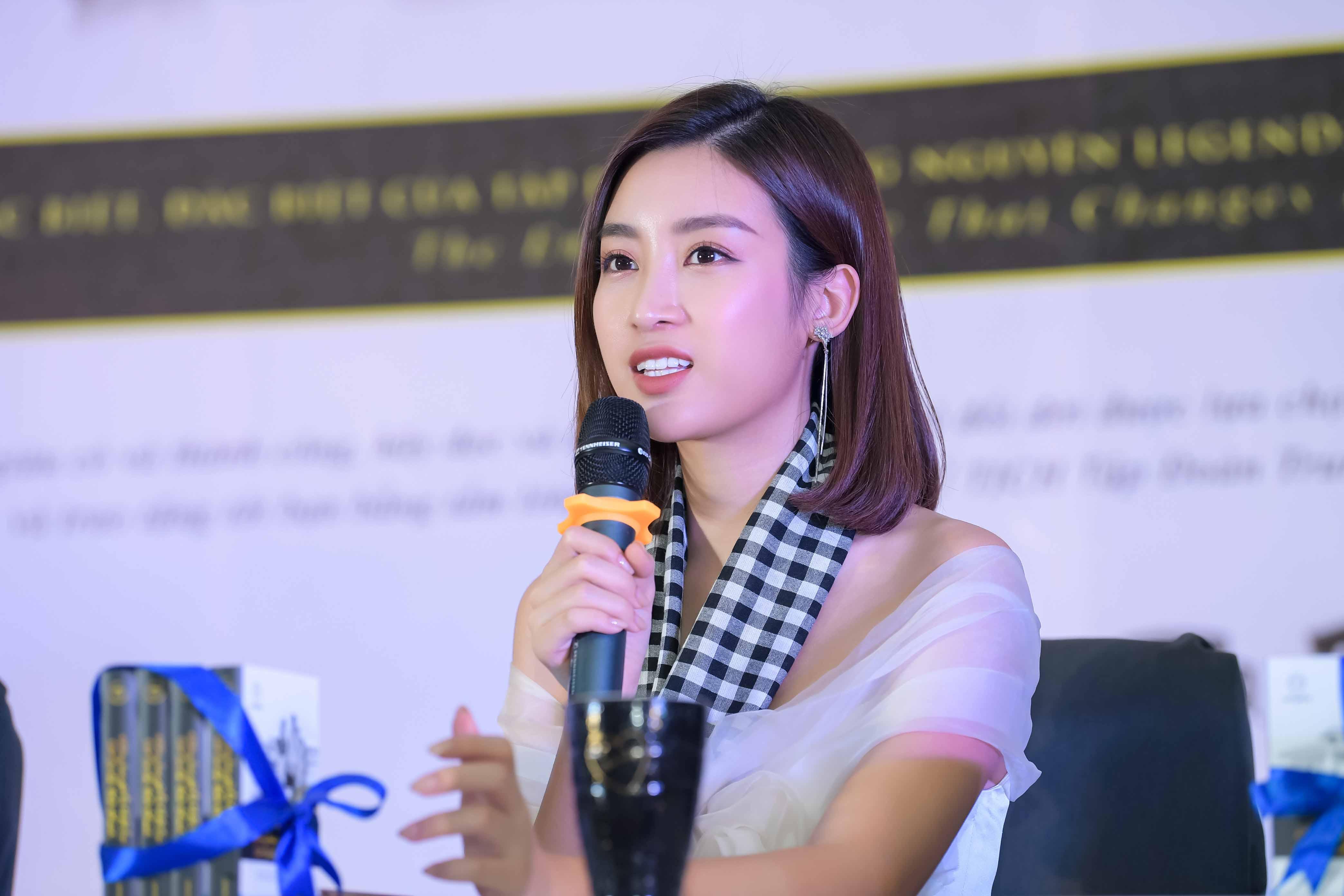 Mỹ Linh diện đầm trễ vai xinh đẹp giao lưu với sinh viên Nha Trang 2