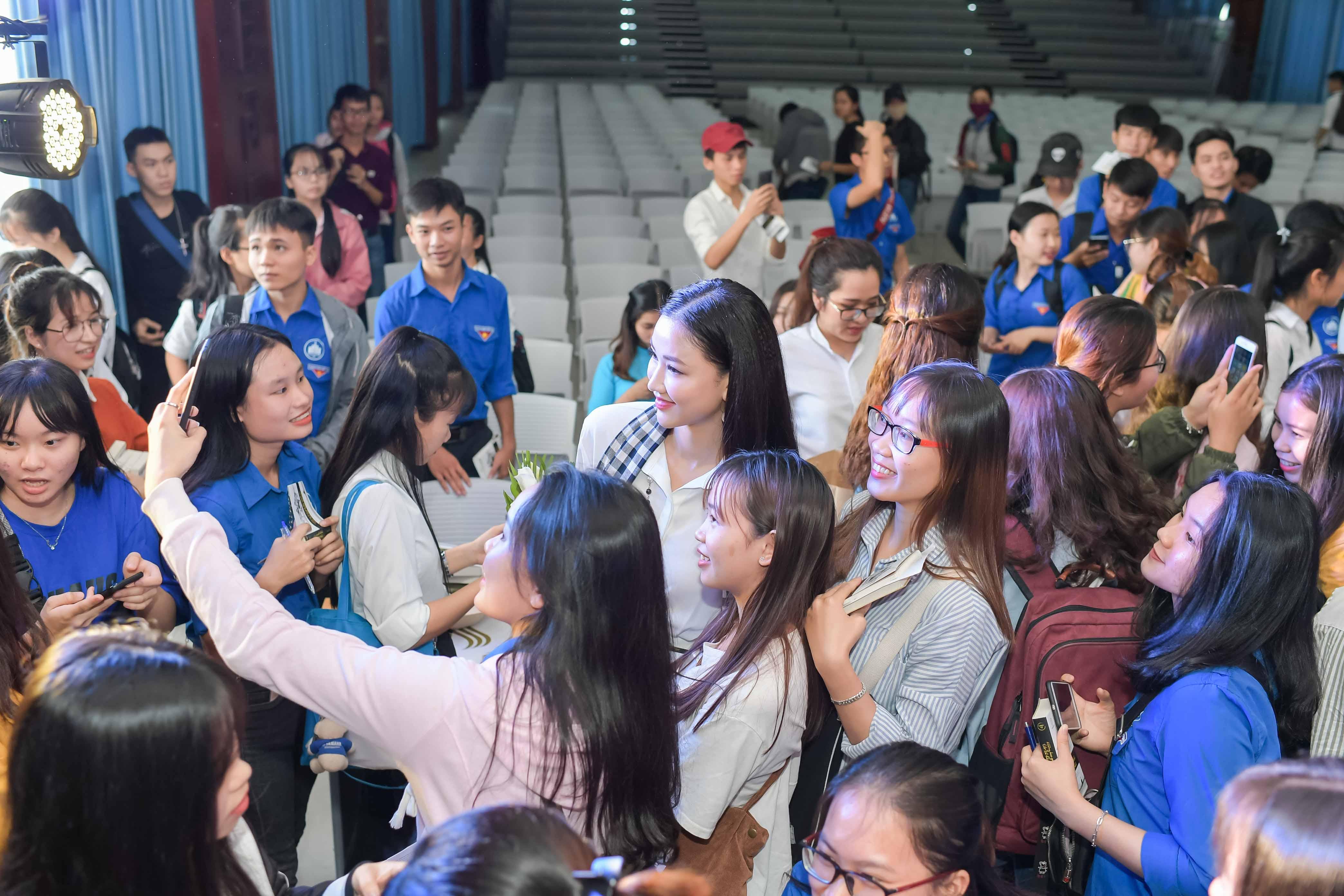 Mỹ Linh diện đầm trễ vai xinh đẹp giao lưu với sinh viên Nha Trang 5