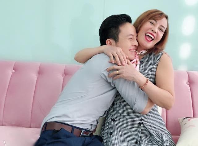 Cô dâu 62 tuổi đáp trả 'gạch đá': 'Tôi yêu và hạnh phúc kệ tôi' 1