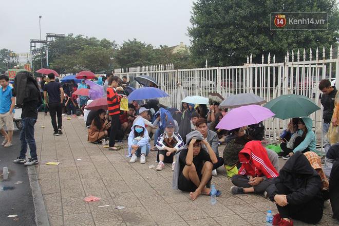 Rác ngập cổng sân vận động Mỹ Đình sau một ngày cổ động viên cắm chốt chờ mua vé AFF Cup 2018 - Ảnh 2.