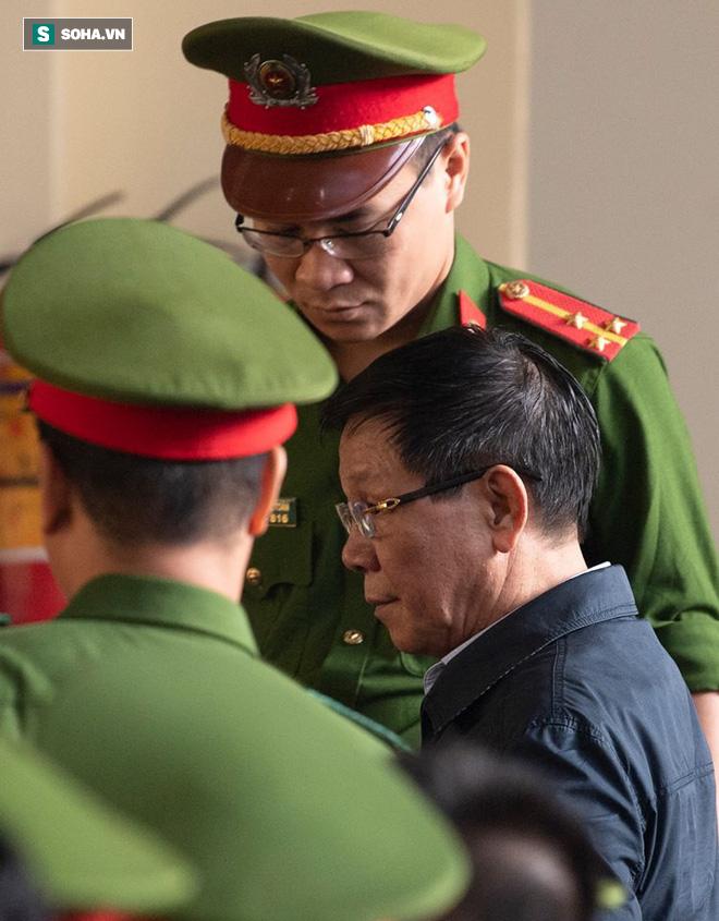 Cựu tướng Nguyễn Thanh Hóa tươi cười, ông Phan Văn Vĩnh liên tục đọc cáo trạng 235 trang - Ảnh 8.