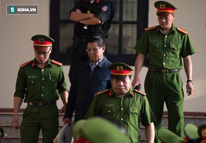 Cựu tướng Nguyễn Thanh Hóa tươi cười, ông Phan Văn Vĩnh liên tục đọc cáo trạng 235 trang - Ảnh 10.