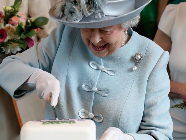 Đang ăn thì phát hiện ốc sên chết trong món salad, phản ứng của Nữ hoàng khiến đầu bếp hoàng gia