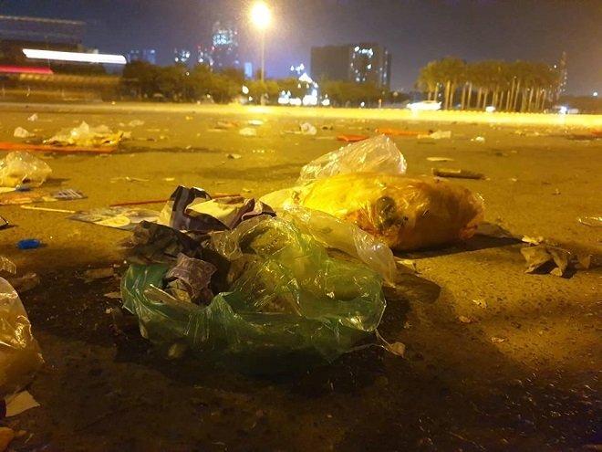 Quảng trường SVĐ Mỹ Đình ngập rác sau trận đấu với Malaysia 1
