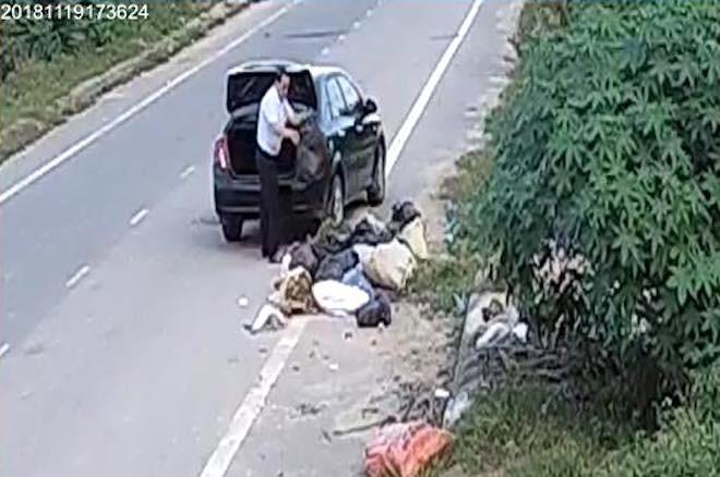 Cựu cán bộ phòng LĐTBXH đi ô tô đổ rác ra đường thanh minh 'đang dọn nhà nên nhiều rác' 2
