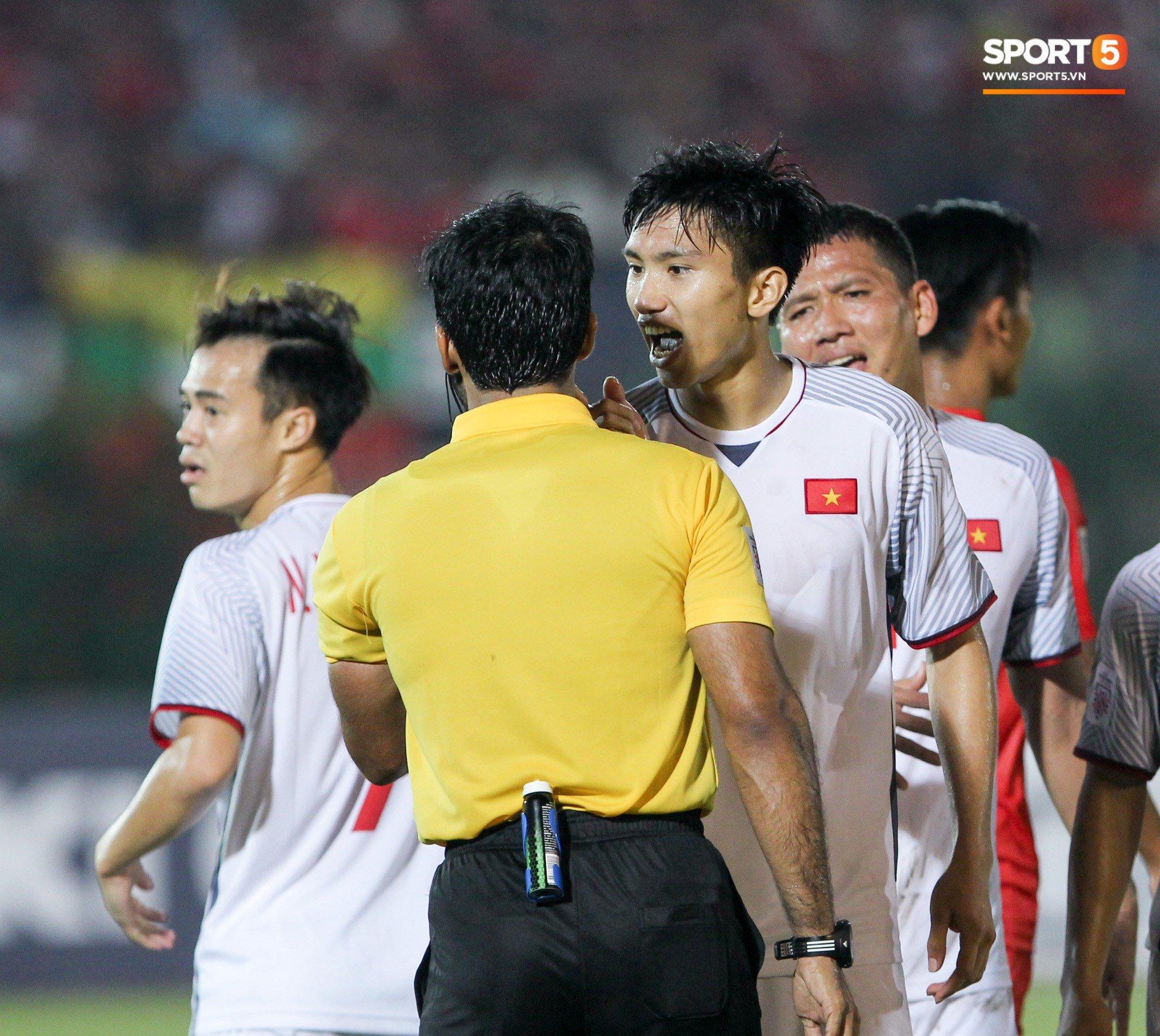 Đoàn Văn Hậu bất mãn, chỉ thẳng mặt trọng tài chính trận Myanmar vs Việt Nam 2