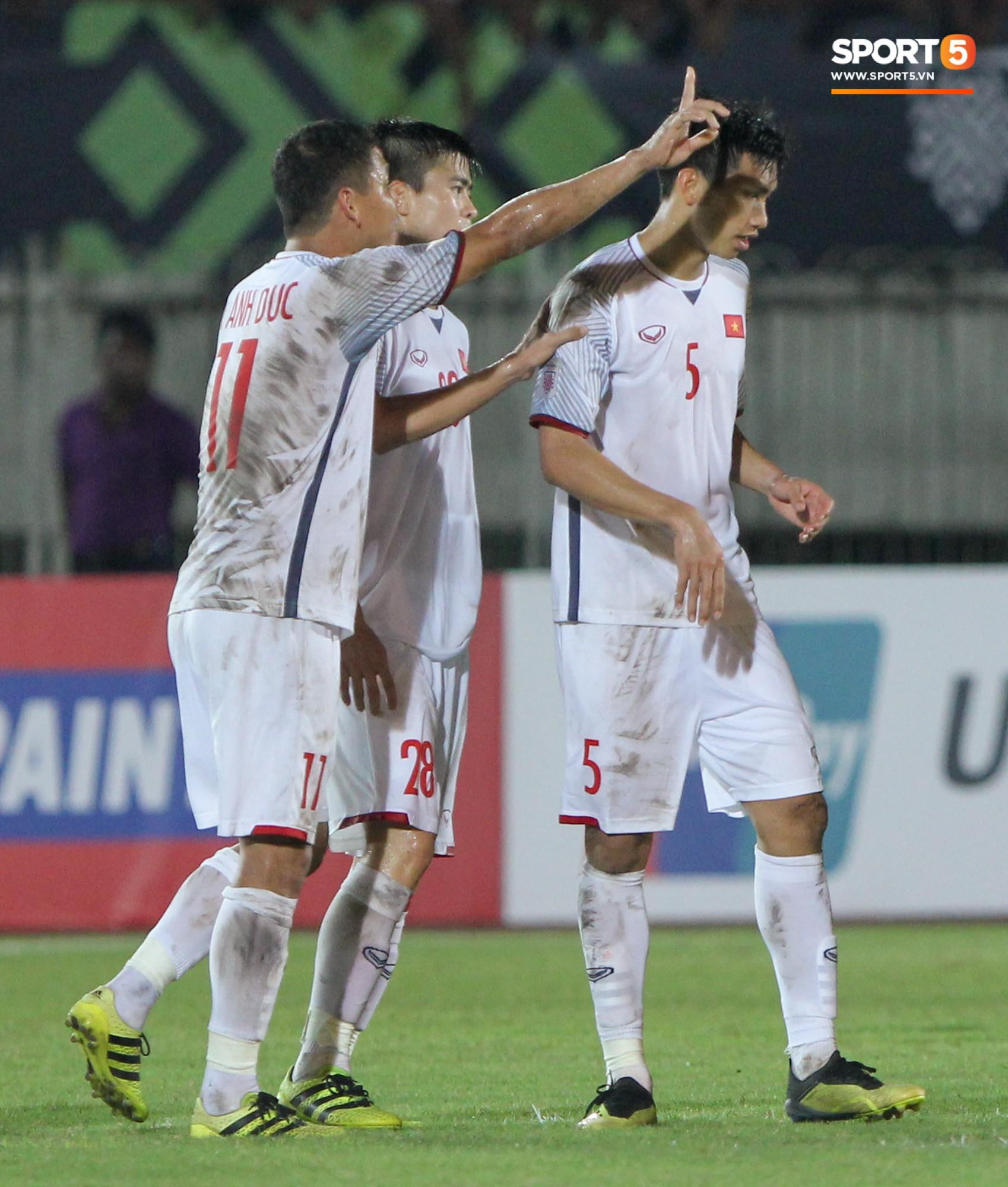 Đoàn Văn Hậu bất mãn, chỉ thẳng mặt trọng tài chính trận Myanmar vs Việt Nam 10