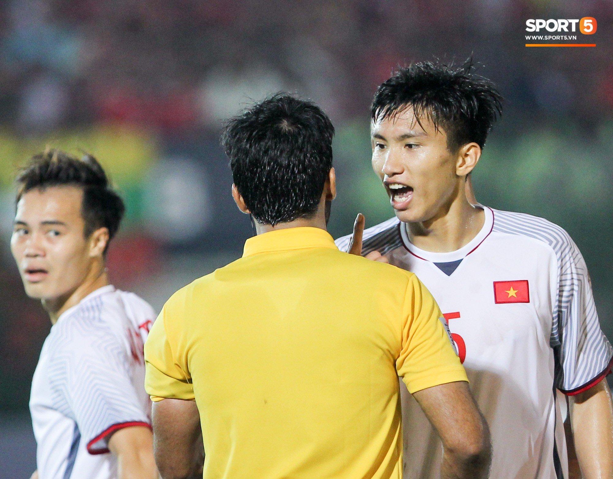 Đoàn Văn Hậu bất mãn, chỉ thẳng mặt trọng tài chính trận Myanmar vs Việt Nam 1