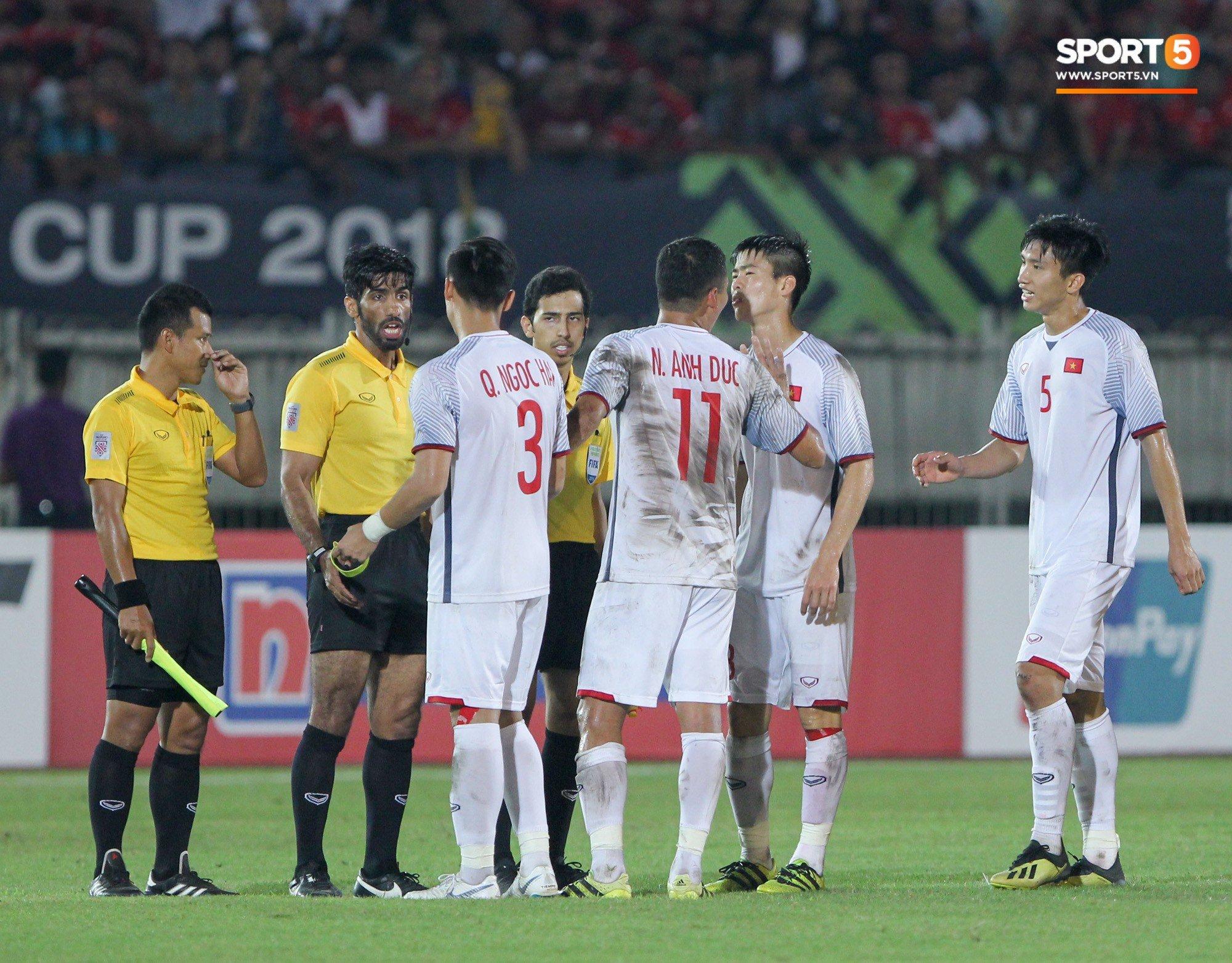 Đoàn Văn Hậu bất mãn, chỉ thẳng mặt trọng tài chính trận Myanmar vs Việt Nam 9