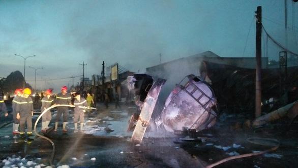 Hiện trường vụ tai nạn thảm khốc ở Bình Phước: 6 người tử vong, 16 căn nhà bị thiêu rụi 1