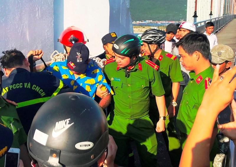 Hàng trăm người giải cứu thanh niên leo đỉnh cầu Thuận Phước – Đà Nẵng quay video… nhưng ngủ quên 1