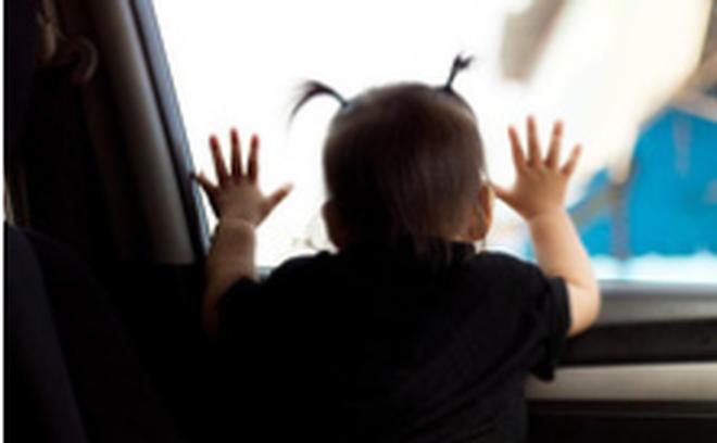Để hai con trong xe rồi đi mua sắm, người bố không ngờ quay lại đã nghe con gái khóc và thú nhận chuyện khủng khiếp 1
