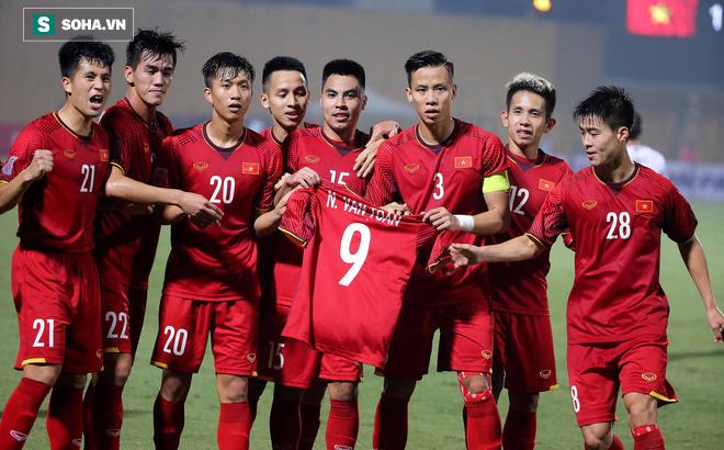 Cảm động: ĐT Việt Nam ăn mừng với áo đấu của Văn Toàn sau bàn thắng vào lưới Campuchia 1