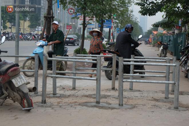 Dựng rào chắn ngăn dắt xe trên vỉa hè Tố Hữu: Bê tông chưa kịp cứng đã bị nhổ, nhiều người dân bất chấp đi ngược chiều dưới lòng đường 1
