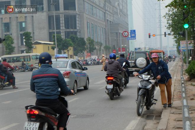 Dựng rào chắn ngăn dắt xe trên vỉa hè Tố Hữu: Bê tông chưa kịp cứng đã bị nhổ, nhiều người dân bất chấp đi ngược chiều dưới lòng đường 4