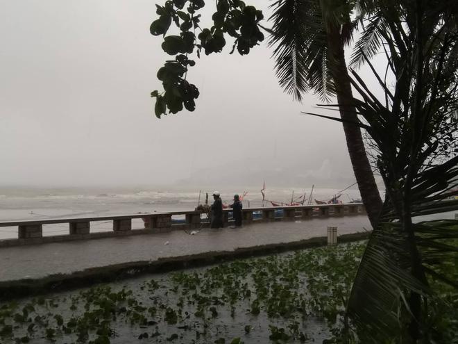 Nhiều ngư dân Vũng Tàu liều lĩnh ra biển kiểm tra tài sản giữa cơn bão số 9 quét qua 5