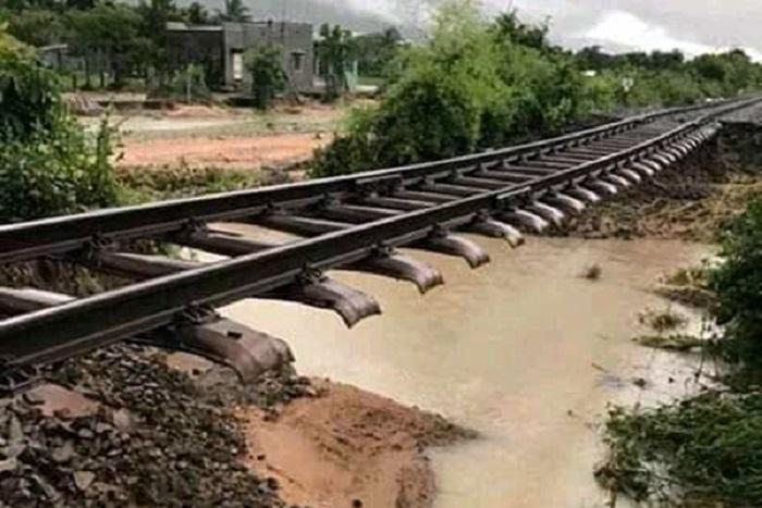 Bão số 9 chưa đổ bộ, đường sắt Bắc - Nam bị tê liệt vì nước cuốn trôi đường ray 1