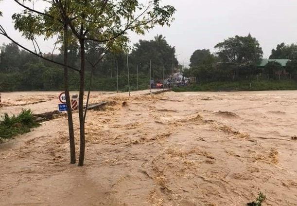 Ảnh hưởng bão số 9: Hàng loạt hồ chứa ở Khánh Hòa bắt đầu xả lũ, di dời hàng trăm hộ dân 2