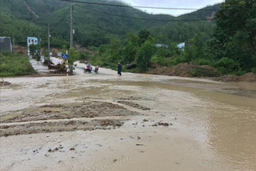 Ảnh hưởng bão số 9: Hàng loạt hồ chứa ở Khánh Hòa bắt đầu xả lũ, di dời hàng trăm hộ dân 1