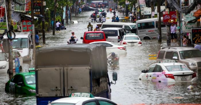 TP.HCM: Hàng trăm ôtô và xe máy chết đứng giữa biển nước từ đêm tới sáng 1